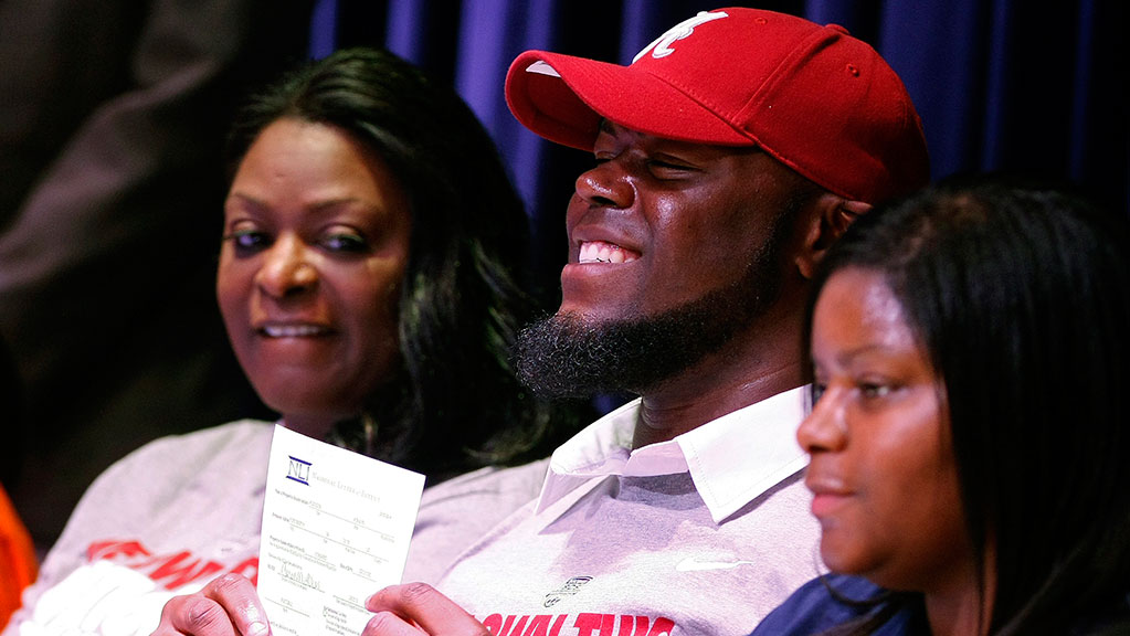 A'Shawn Robinson of Arlington Heights, Texas, announces his intent to play football at Alabama during a ceremony in Fort Worth on Wednesday, February 6, 2013.