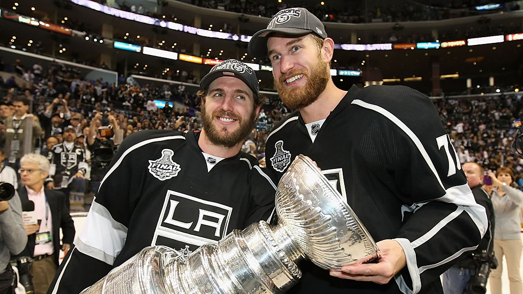 Mike Richards #10 and Jeff Carter #77 of the Los Angeles Kings
