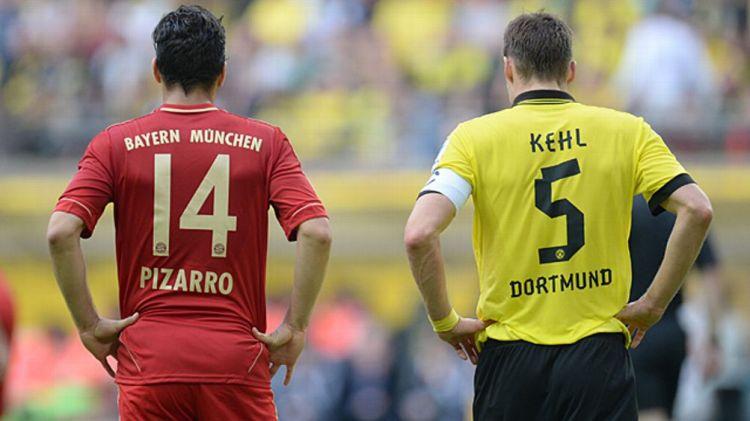 Dortmund's midfielder Sebastian Kehl (R) stands next to Bayern Munich's Peruvian striker Claudio Pizarro