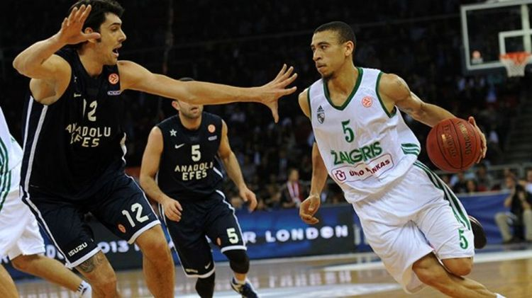Zalgiris Kaunas's Ibrahim Jaaber (R) vies with Anadolu Efes's Kerem Gonlum (L) during the Euroleague basketball match between Zalgiris Kaunas and Anadolu Efes at the Abdi Ipekci Sport Hall in Istanbul on January 25, 2013.
