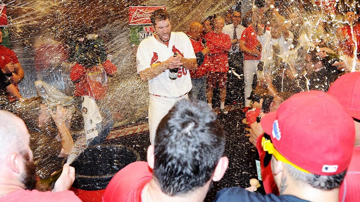 adam-wainwright-2013-playoffs-celebration-tri