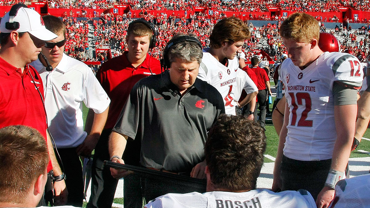 mike-leach-washington-state-huddle-fe