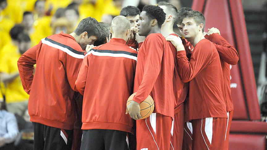 wisconsin-basketball-huddle