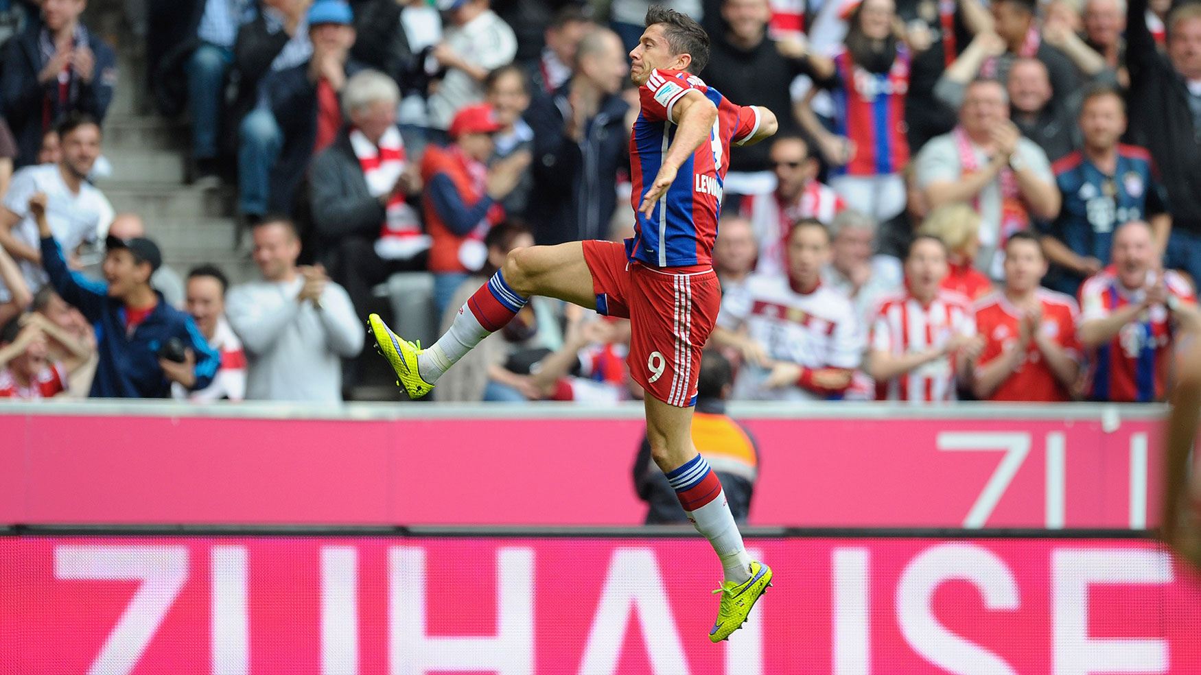 robert-lewandowski-jump