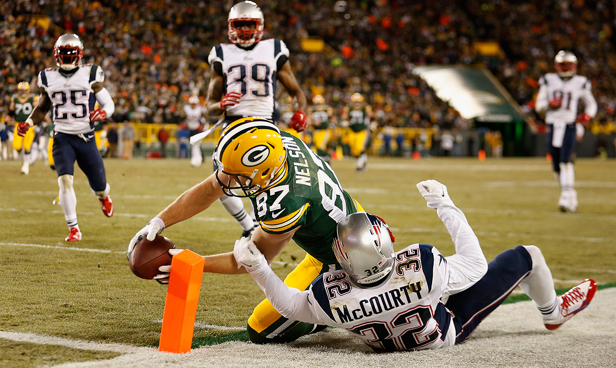 Jordy Nelson scores over free safety Devin McCourty on November 30, 2014 in Green Bay.