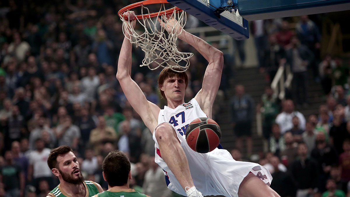 Kirilenko dunks against Panathinaikos.