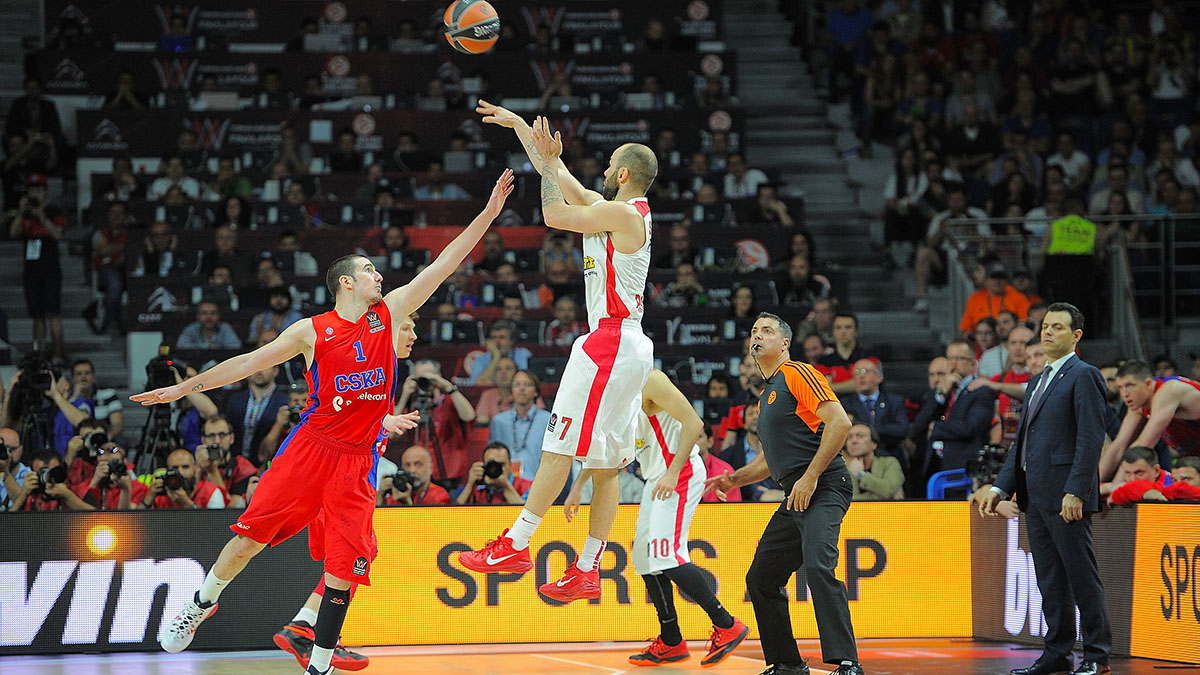 Spanoulis shoots the game-winning three over CSKA's Nando de Colo.