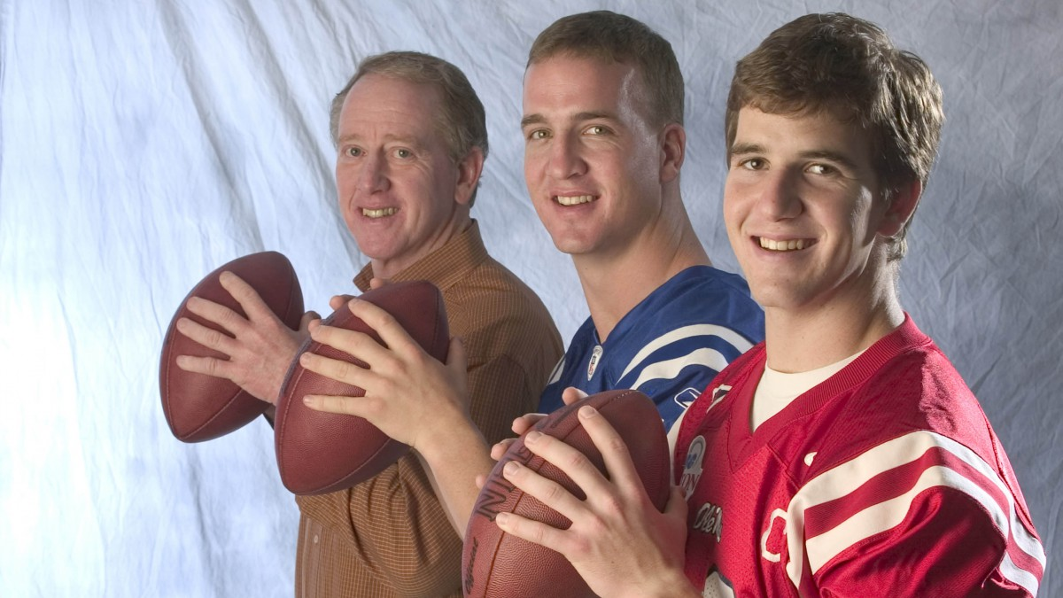Eli Manning Manning, Peyton Manning and Archie Manning pose in 2004.